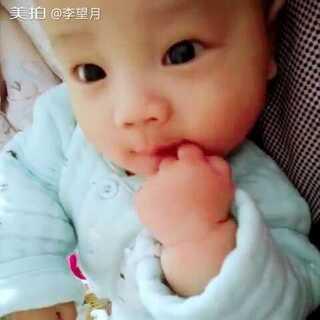 #萌宝宝##宝宝##一起吃手指来卖萌#一大早弟弟比姐姐醒的早,无意中抓到姐姐头发两次一抓正睡觉的姐姐就哭一下😃😃一会儿就被弟弟给鼓捣醒了😁😁#宝宝频道精选视频#