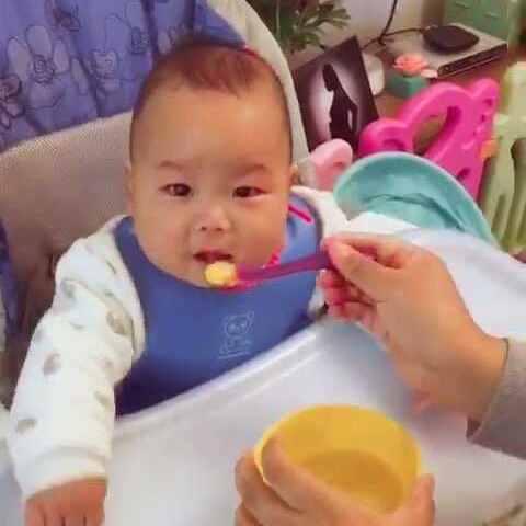 今天吃蛋黄南瓜泥,营养跟得上才能长大个!伸7