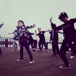 零玖小男神,😝第一次外出录视频,太酷了,最短的学了不到一个月,真的进步很大,太帅了!😙😙加油加油,你们是未来!#舞蹈##热门##我要上热门##小鲜肉#😀😀