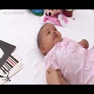 新生儿宝宝到6-8周时视线会随物体而移动,此时的宝宝是视力快速发展期,能聚焦20厘米远的物体。😃#宝宝##可爱的宝宝#