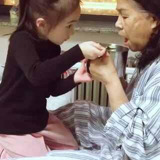 姥姥生病住院,无微不至的照顾姥姥#宝宝#@宝宝频道官方账号 @美拍小助手