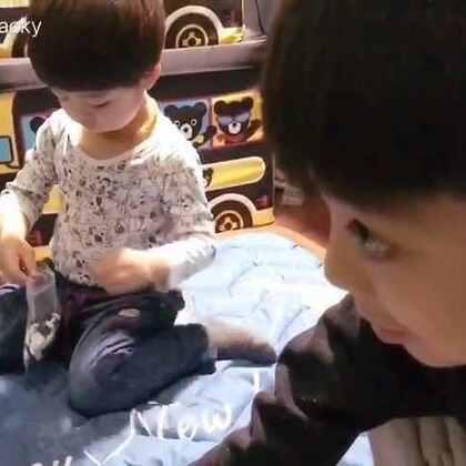 #一步一年##年年说话##宝宝#心疼这个只想赶紧捡完棋子参与到爸爸和哥哥游戏中的傻白甜👼