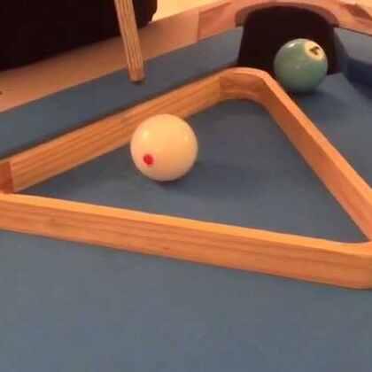 #花式台球#外号 功夫熊猫 张锐先生 表演的母球跳三角框回旋 很有天赋的一位运动员 加油。