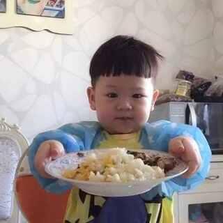#吃秀##寶寶#一个小吃货的养成日记。蛋炒饭配蔬菜。哈哈哈,其实泡泡也吃米饭呀。只是更爱吃蔬菜和鸡蛋。😂