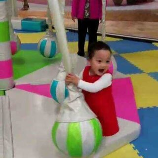 今天姨婆陪小壹去玩,高兴的不得了,笑的停不下来,玩的满头大汗😄😄😄#萌宝宝##宝宝成长日记#