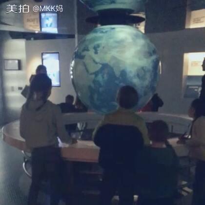 二小姐今年选择了动力地球馆(Dynamic Earth)作为她的生日游。它是一个科技馆,讲述了地球从开始起到未来工程的故事,位于爱丁堡。游客可以用听觉,嗅觉,感觉这个地球几千年前的模样。