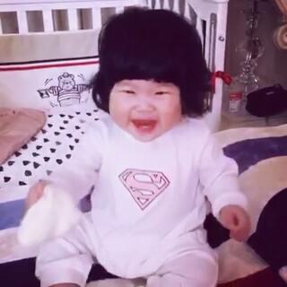 最近喜欢被袜子丢 每次都笑到疯癫😂😂😂#薇薇vivi✌🏻11个月#➕1 #薇薇vivi✌🏻##宝宝#