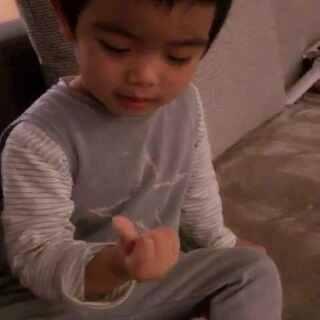 突然竖起大拇指要给我点赞😂#宝宝##轩学习记##轩两岁九个月#