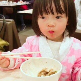 认真吃饭的两个小朋友最最最乖!妹妹今天用大人的筷子吃面,很难得一会儿一碗杂酱拌面就吃光了,录视频的时候只剩几根面了,最后她每夹一次面条我就着急能不能成功送到嘴里……好吧我低估她了……每顿饭都这么乖乖自己吃我就轻松了……#吃秀##宝宝#