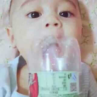 吃不着瓶子急哭了😓😂#宝宝##吃货##家有萌宝#