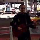 #音乐#感动!东京街头一个小哥演唱日语版的《海阔天空》,路人妹子开始不知道他是中国人,后来小哥一唱粤语直接泪奔……他乡遇故知,在国外听到熟悉的语言真的是忍不住😭@美拍小助手 喜欢请点赞+转发 关注我一起看MV(微博:http://weibo.com/u/2175642551)