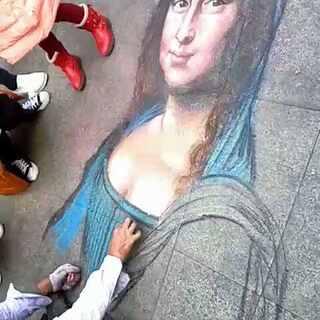 #周末出游##高手在民间##蒙娜丽莎的微笑#街边一个残疾高手画的蒙娜丽莎像极了