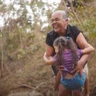 她叫康斯薇洛,来自伯利兹,正独自抚养四岁的曾孙女。她说她一无所有,除了关爱。