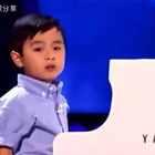 4岁神童美国节目上弹钢琴👍太牛了👍👍👍主持人也很可爱哟👍#精美电影##音乐##宝宝#
