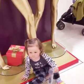熊孩子逛商场到处给人家添乱,当妈的要一边试衣服一边给她收拾烂摊子。。可是各个导购阿姨都好好,不但没有烦娜姐,还各种逗她给她糖~这真的是个看脸的时代么~😖#宝宝##随手美拍##混血宝宝#