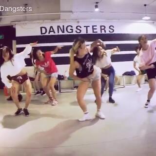 Pendy dancehall基础周末加长课堂。嘿嘿!我发现又有新同学进步了,开心!虽然胖了点但是夏天就是这样跳舞💃爽啊!!!如果你也喜欢快来我的课堂吧!#dancehall##昆明街舞##reggae#@Dangsters旦斯特街舞 @美拍小助手