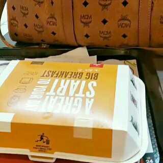 #吃秀##泰国之旅##机场麦当劳#@美拍小助手 @呵呵~小盆友! 我们今天起5点起床~赶飞机感觉没有睡醒!😜😜😜喜欢辣妈同款包包的加辣妈微信xy1314258love~质量好耐用!你想不到的价格~😘😘😘
