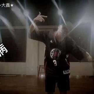 #舞蹈##中国有嘻哈#个人solo版本,在叶子和小海的联合授课课堂上,感觉和动作都没他们顺畅舒服,但这一遍最后那一下我很喜欢哈哈,很走心滴💥状态😂#欧尼舞蹈#@TOPKING—Ocean·W @陈欣叶✨Nora_TorNaDo