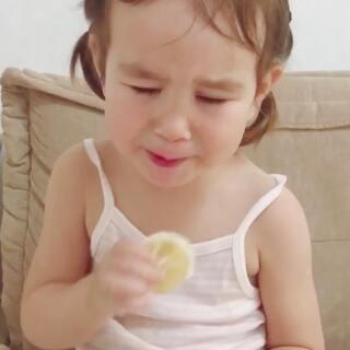 一个非要吃柠檬小妞#女神##宝宝##宝宝吃柠檬#