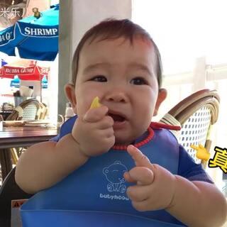 又给大米乐吃🍋柠檬啦😄给他点的宝宝套餐空心粉,苹果泥很喜欢吃。还给他吃了果冻和冰淇淋🍦今天过年了😅只是一点点啦#宝宝##宝宝吃柠檬##吃秀#@美拍小助手 @宝宝频道官方账号 如果想让自己的宝宝像米乐这样爱吃饭,就让他自己吃。肯定是要弄的脏兮兮,收拾呗