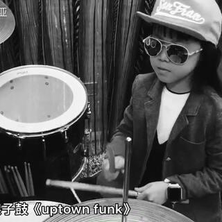 糖糖架子鼓《uptown funk》,终于背谱了,就是家里的音响效果太差了!酷酷的糖宝好帅气,请忽略麻麻的声音!#架子鼓##宝宝##美拍小助手#