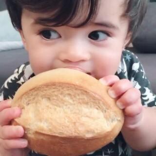 吃完面包才有力气帮麻麻收拾行李🍞💪🏻#宝宝##Yusen十一个月#