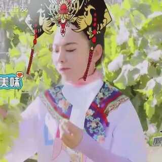 #综艺##一起去旅行##内蒙古之旅#明星吃水果的样子也是花样百出,哈琳优雅讲究不愧是公主,威力斯和葛布则是当西瓜的啃着吃~