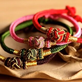 本命年红绳 这次编了粗款手绳,很适合一大家子人一起戴哦。好久不见了,老铁们~😘😘😘#手工##编绳#
