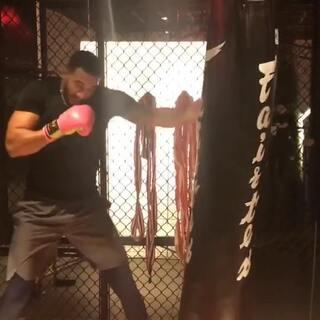 2018年要多打打打!!现在开始吧!😄喜欢我粉红色的拳击套吗😂#運動##健身##拳击#