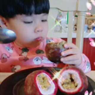 #宝宝##吃秀##精选#今天宝贝吃百香果,一次能吃十个,可惜屋里只剩三个了。