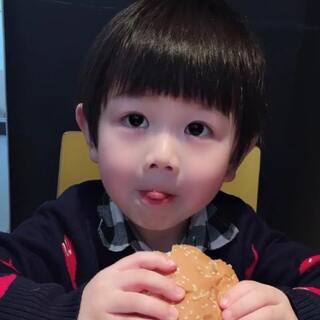 #宝宝##宝宝吃秀#😋就算是吃汉堡🍔,咱也要萌萌哒🤗
