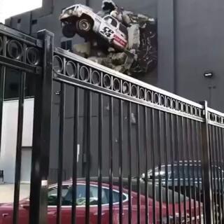 猪撞树上,人撞猪上,这车咋飞墙上啦!#精选##运动##汽车#