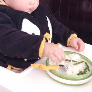 #屁然18M##小屁然第一次#第一次吃蒜苔,真爱🙈#宝宝吃秀#