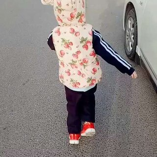 #宝宝##小姐姐##在路上#去奶奶家的路上,大宝很兴奋,因为没有二宝在只有我和大宝,从生完二宝就没有那么仔细观察过大宝,突然发现大宝一下子长高了长大了,印象里还是个小宝宝呢,走了二胎觉得时间流逝飞快,珍惜和大宝二宝的每一天