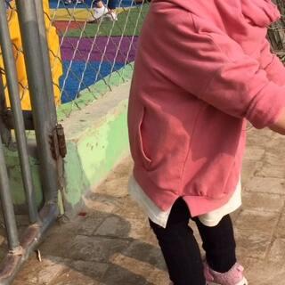带米诺回老家、看见幼儿园的小朋友们在跳舞,隔着铁门各种学😂、还有模有样的、#宝宝##瓶什么跳舞##音乐#