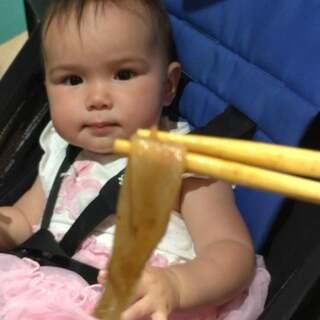 #宝宝##吃秀##荷兰混血小小志&柒#难怪我怀小柒的时候,味蕾大开,各种想吃中餐,这货是百分百的中国人,怀小志的时候我只喜欢西餐,对中餐兴致不高... ...