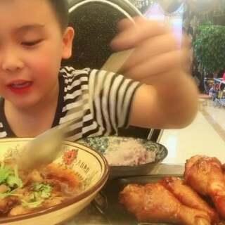 #美食#看别人这样吃鸡腿🍗超级爽,自己在家做也很简单的...喜欢的宝贝给我们个赞吧.