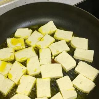 番茄煎豆腐。笑笑很喜欢吃这个带点酸酸甜甜的味道,我在炒的时候她一直在叫我,等不及要吃。这个视频是前两天拍的了,忘记发了😂#美食#