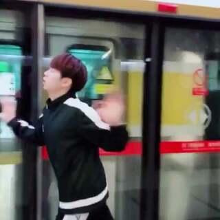 我一看到地铁我就控住不住我自己!!!#我的假期日记##精选##长腿帮#