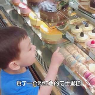 """#宝宝##日常##彩虹#一起逛超市,这次非要坐在购物车里面。每次去超市他都要到甜品区报到自己挑蛋糕?;厝サ氖焙蛴錾弦怀""""┯?,后来雨停的时候在阳台上看到了彩虹??。"""