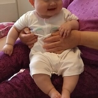 ??一诺小丫蛋5个月零9天。姥姥给拍嗝,笑嘻嘻的坐着不愿意下去了??#我要上热门@美拍小助手##宝宝##宝宝坐坐#